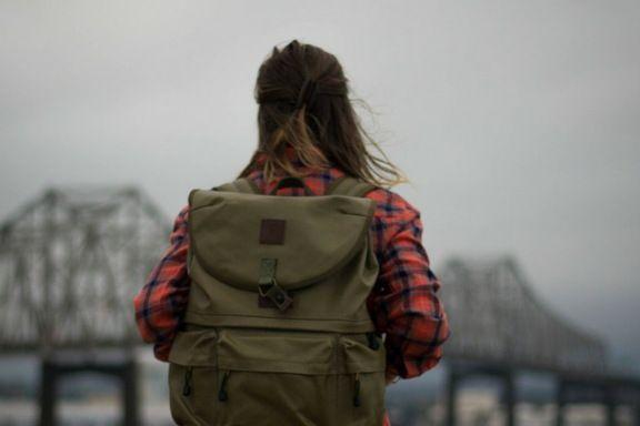 chica de espaldas con una mochila by Morgan Sessions