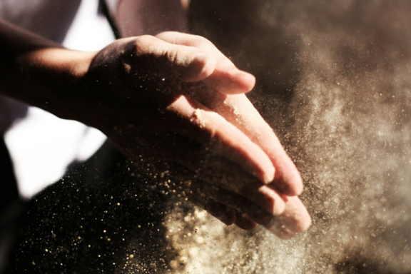 manos que se tocan con las palmas by Austin Ban
