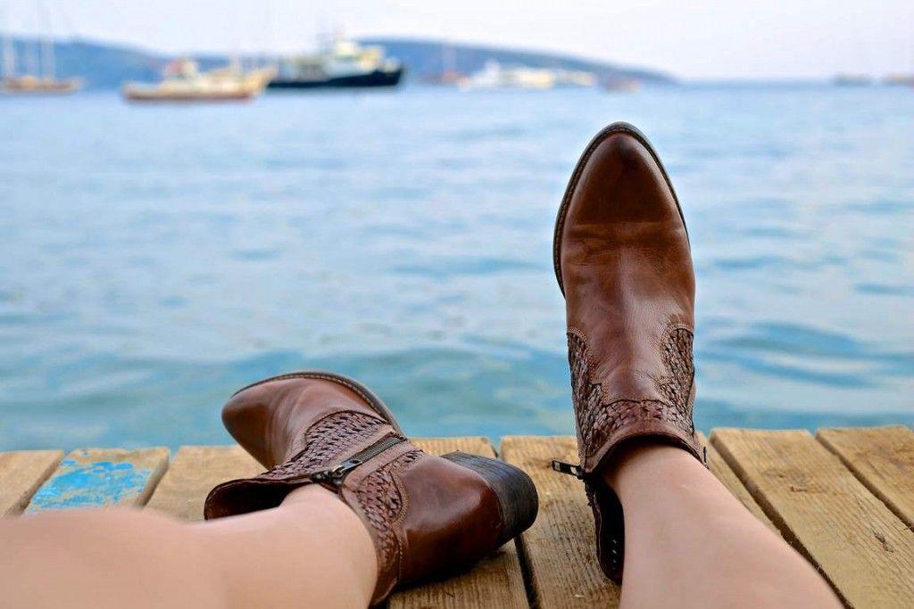 piernas de una chica con botas camperas en el muelle. Foto de Daniela Cuevas