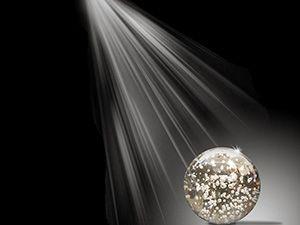 Rayo-de-luz-sobre-bola-brillante-blanca