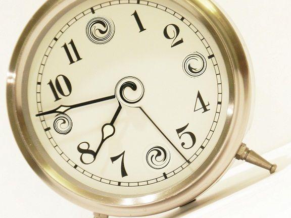 reloj clásico de mesa plateado y blanco