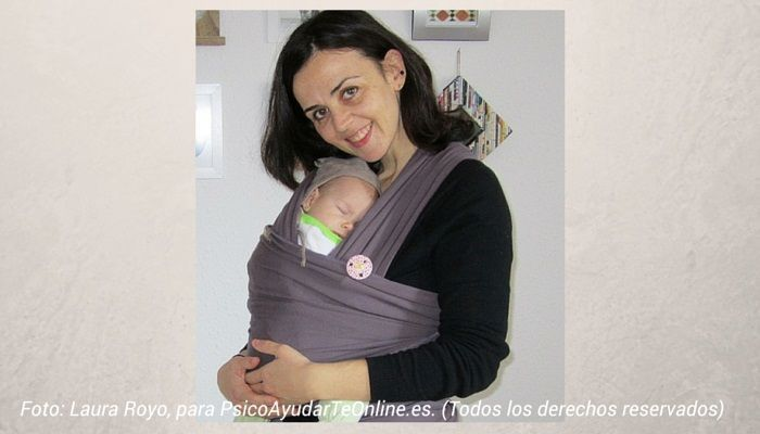 Foto- Laura Royo con su hija en un fular portabebes. Todos los derechos reservados para LAURA ROYO BLOG PSICOAYUDARTEONLINE.ES