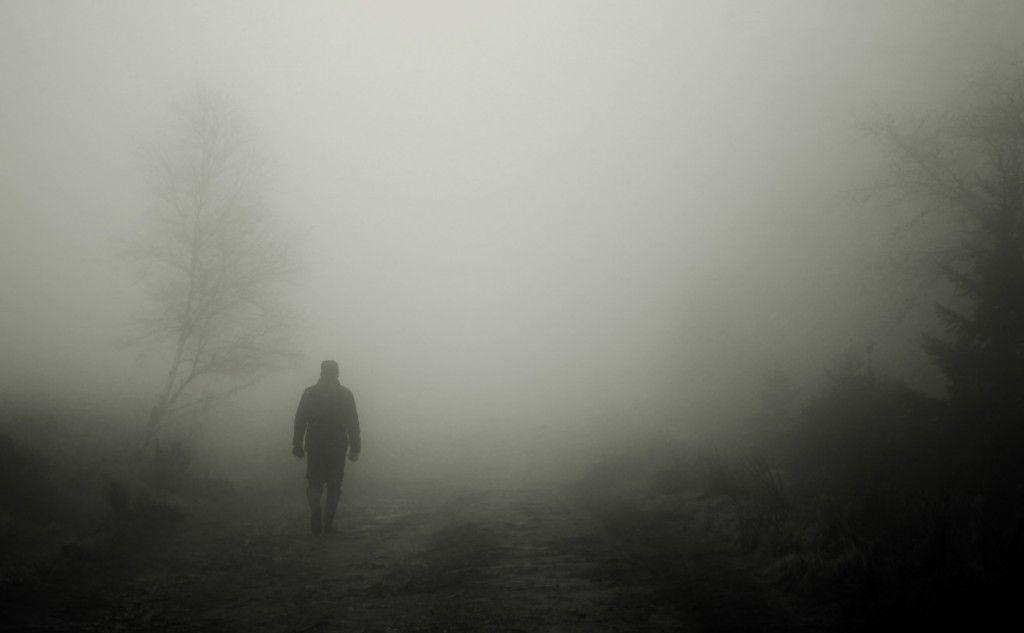 hombre-caminando-de-espaldas-en-la-niebla