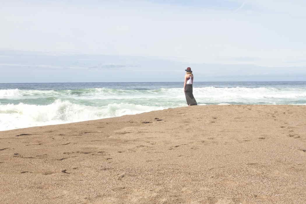 chica-sola-en-la-playa-by-Josh-Felise